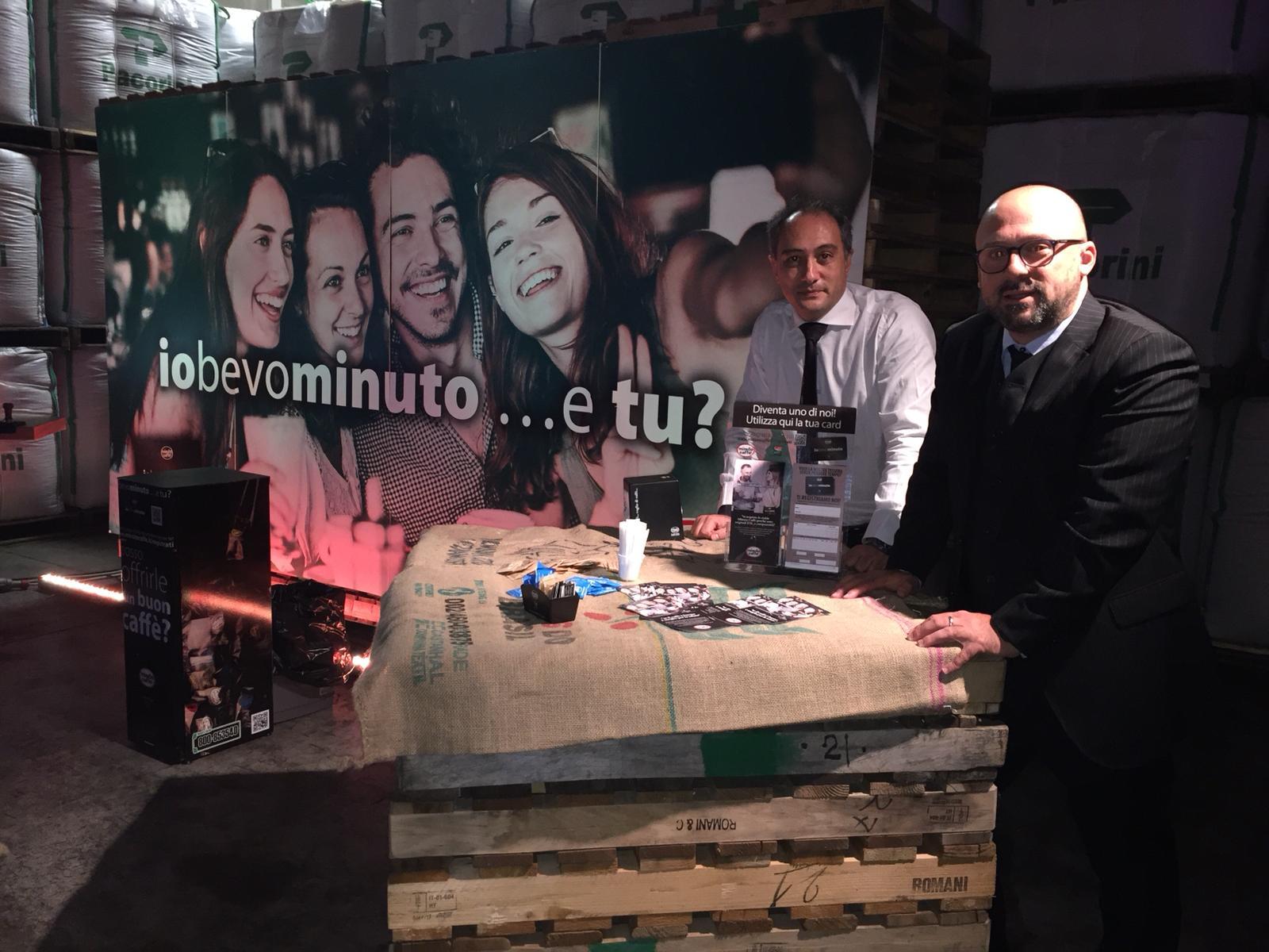 Giovanni Destefanis di Astoria macchine per il caffè insieme ad un praticante barista